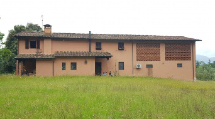 Lucca zona collinare vendesi rustico ristrutturato di mq 300